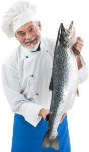 Chef segurando um salmão fresco