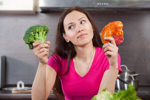 Mulher querendo saber se a comer carne ou legumes