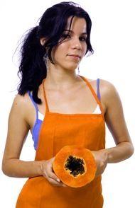 Mulher no avental Laranja Segurar Papaya