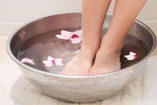 Home remédios para os pés inchados, tornozelo e pernas pé embeber