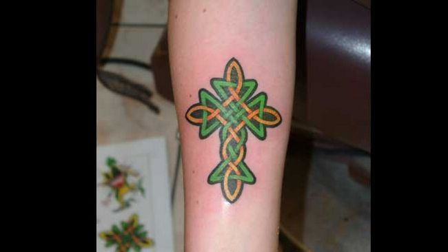 Tatuagens Cruz para mulheres