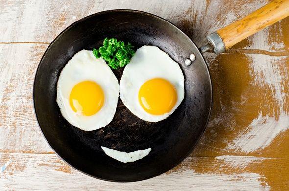 Ovos fritos em um Pan feitas em uma cara Smiley